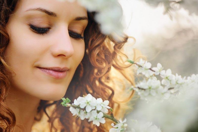 Piękna kobieta i kwiaty wiśni