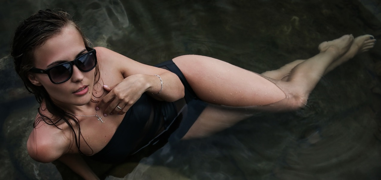 Ciemnowłosa kobieta w wodzie