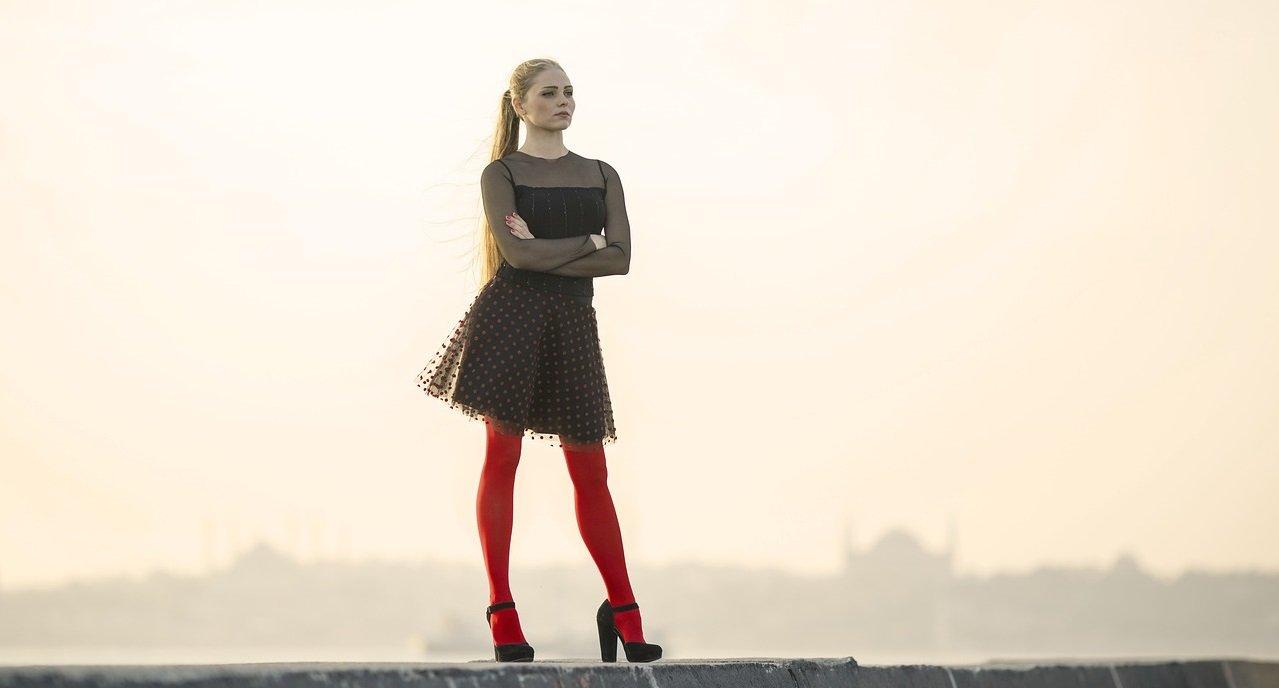 Kobieta w czerwonych rajstopach