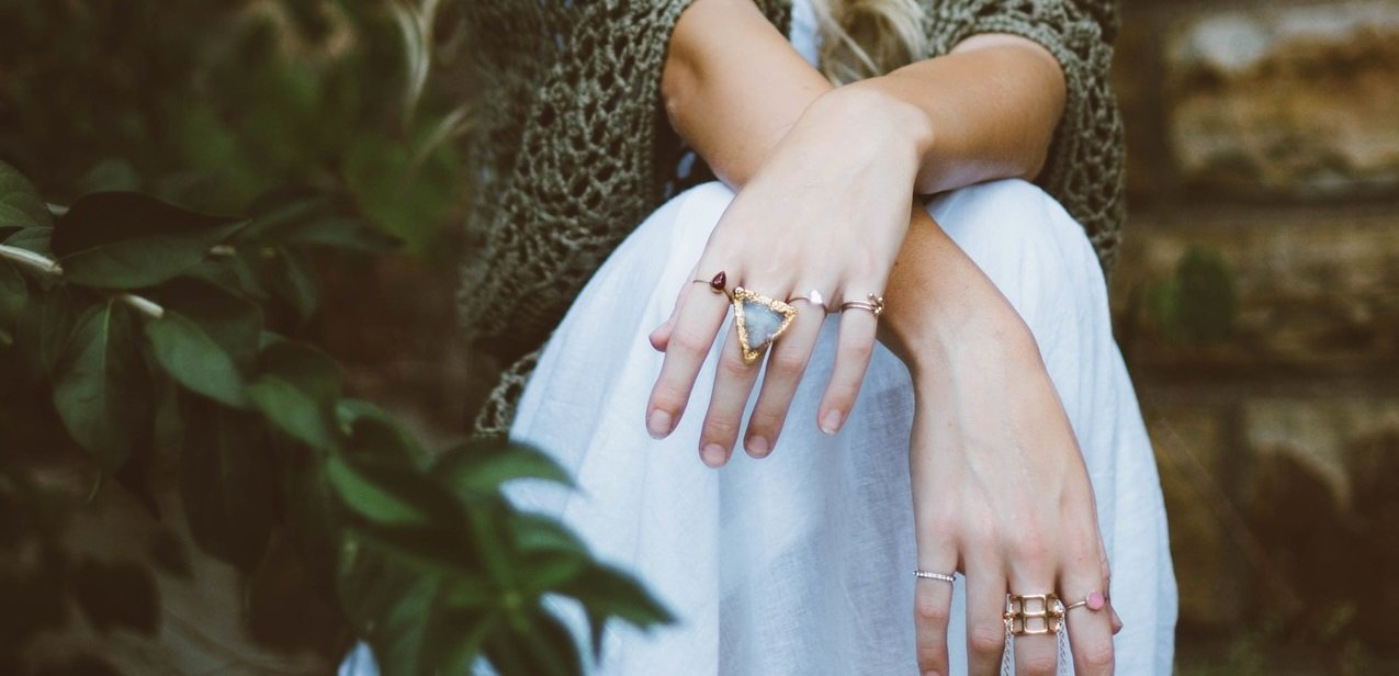 Kobieta z pierścionkami