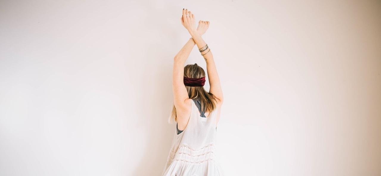 Kobieta z podniesionymi w górę rękoma