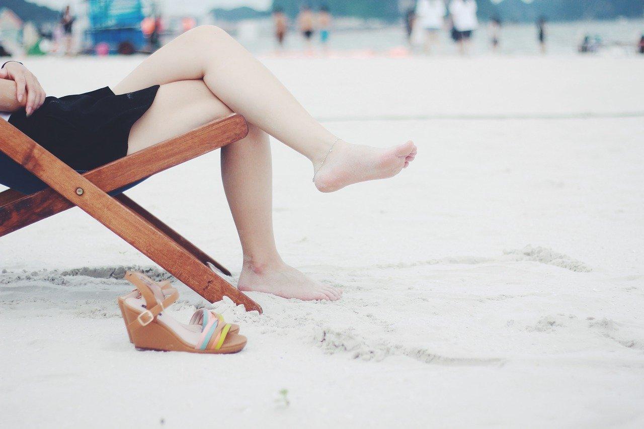 Bosa kobieta na plaży